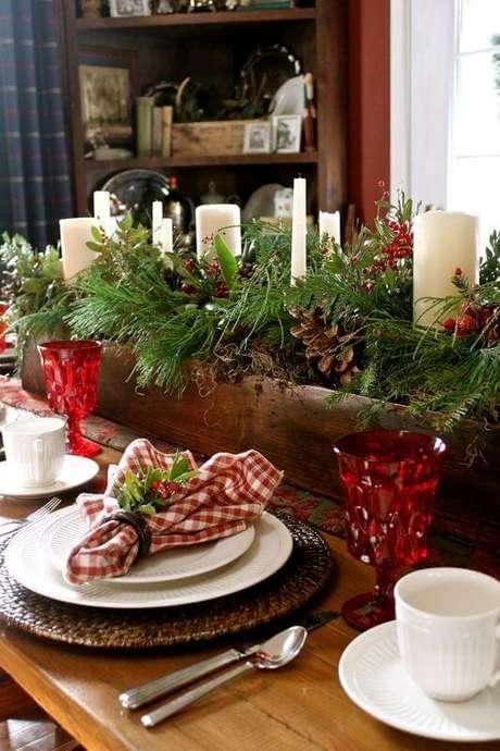 19. Centro de mesa natal com plantas e velas e taças vermelhas – Por: Pinterest
