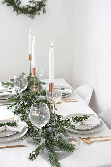 20. Decoração mesa de natal simples com plantas e velas altas – Por: Pinterest