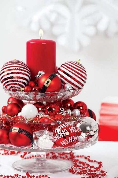 31. Arranjo com bolas e vela para decoração de mesa natalina – Foto: Artecht