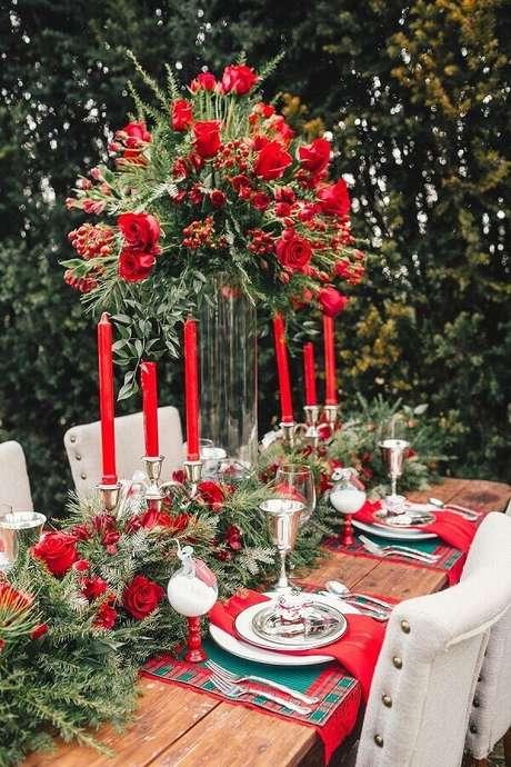 7. Invista nos arranjos de flores para compor a sua decoração de mesa natalina – Foto: Style Pretty