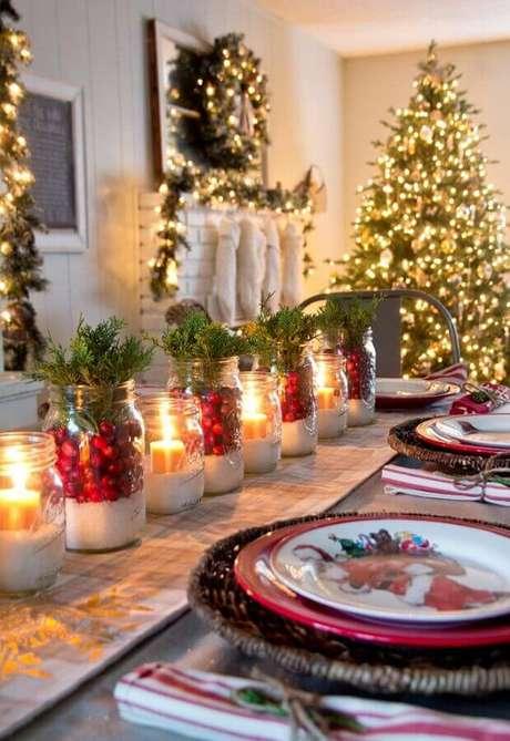 8. Velas e pisca-pisca podem deixar sua decoração natalina para casas muito mais charmosa e aconchegante – Foto: Trending Decors