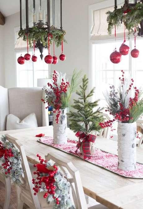 36. Decoração de mesa natalina simples branca e vermelha – Foto: Pinterest