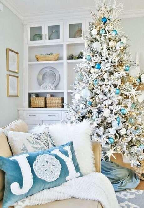 37. Decoração de Natal para sala com árvore branca com enfeites azuis – Foto: Pinterest