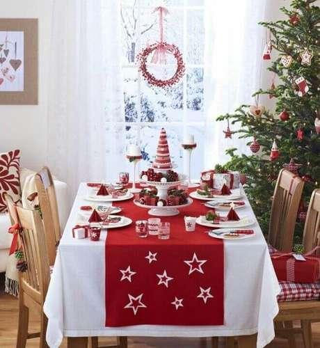 24. Mesa de natal vermelha combinando com a árvore de natal – Por: Pinterest
