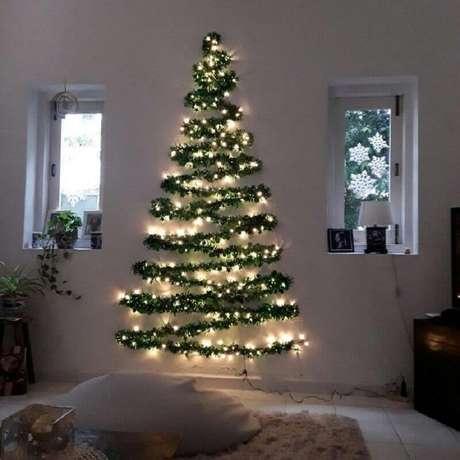 39. Decoração natalina simples com árvore feita na parede com festão e pisca pisca – Foto: Revista Artesanato