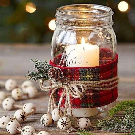40. Ideia para decoração de Natal simples com vela dentro de pote de vidro decorado – Foto: Fazer em Casa