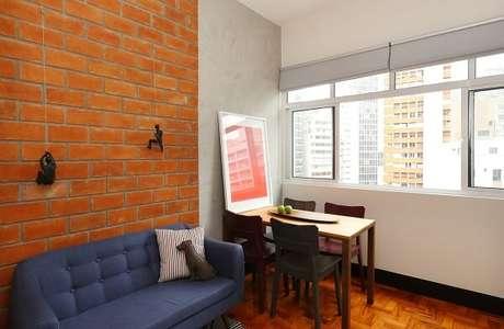 6. Decoração mesclada com parede de tijolinho e parede de cimento queimado. Projeto por Estudio Vermelho Arquitetura