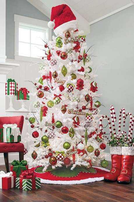 45. Decoração natalina com árvore branca com enfeites verdes e vermelhos – Foto: Pinterest