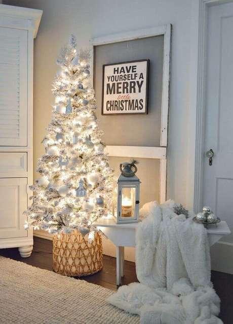 46. Decoração natalina simples com árvore branca bem iluminada – Foto: Homy99