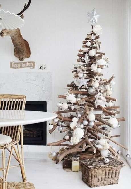 47. Decoração de Natal simples com árvore rústica de madeira – Foto: GD-Home