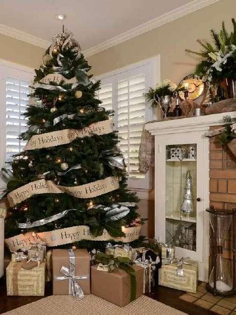 48. Linda árvore com decoração natalina para casas – Foto: Cantinho da Cher