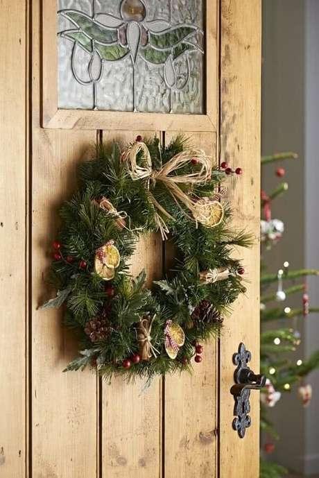3. Guirlandas são ótimas para decoração natalina de casas – Foto: 321achei