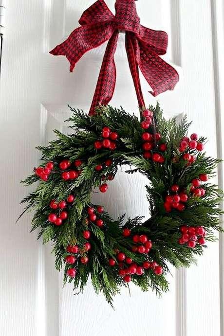 53. Decoração natalina com guirlanda simples – Foto: Decoração de Casa