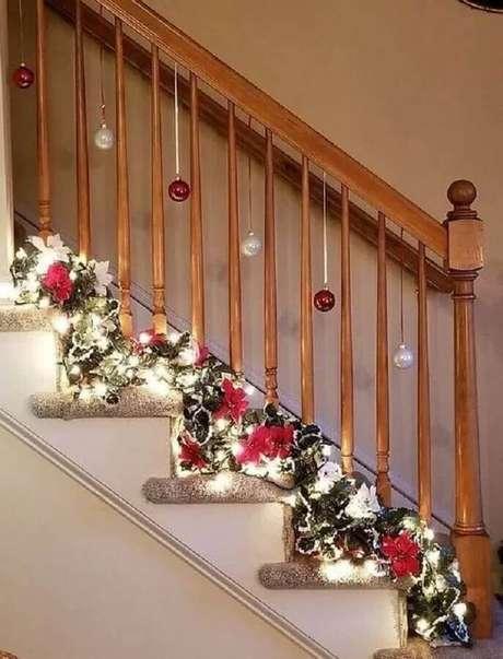 59. Casas com escada merecem uma decoração de Natal especial – Foto: Pinterest