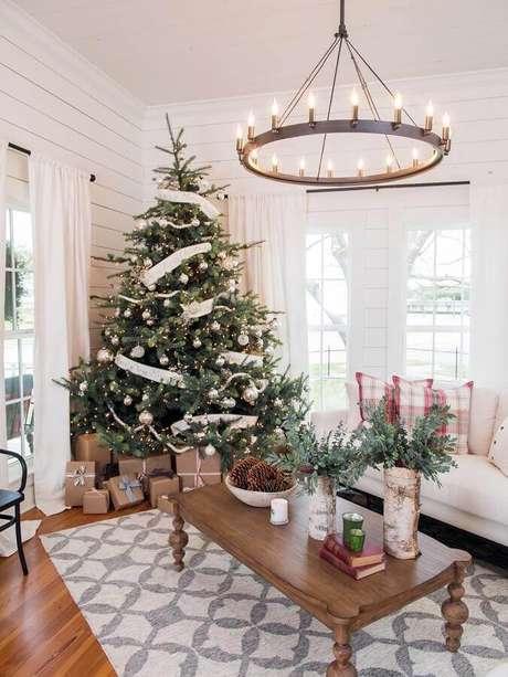 62. Decoração natalina para sala com árvore grande – Foto: Great America Country
