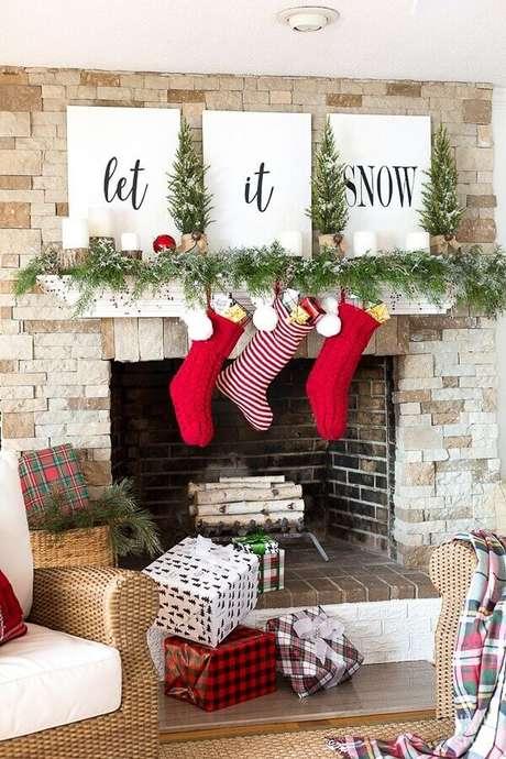 64. Decoração natalina para sala com lareira – Foto: OneChitecture