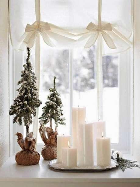 67. Decoração natalina simples com pinheiro pequenos e velas brancas – Foto: Pinterest