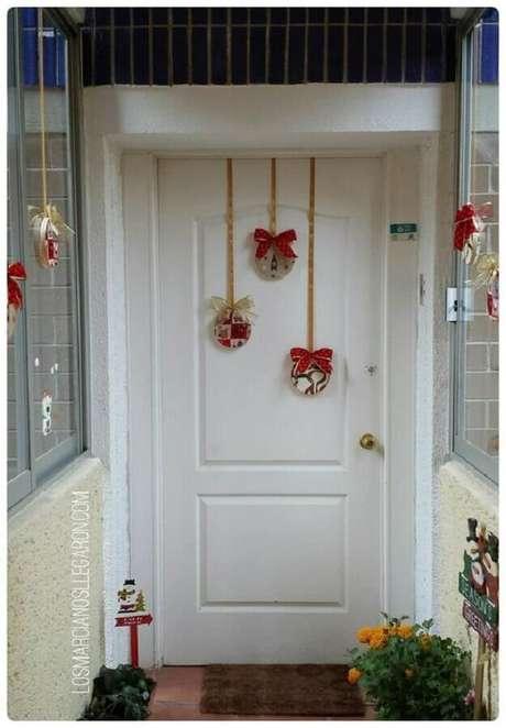 69. Decoração de Natal simples para porta – Foto: Pinterest