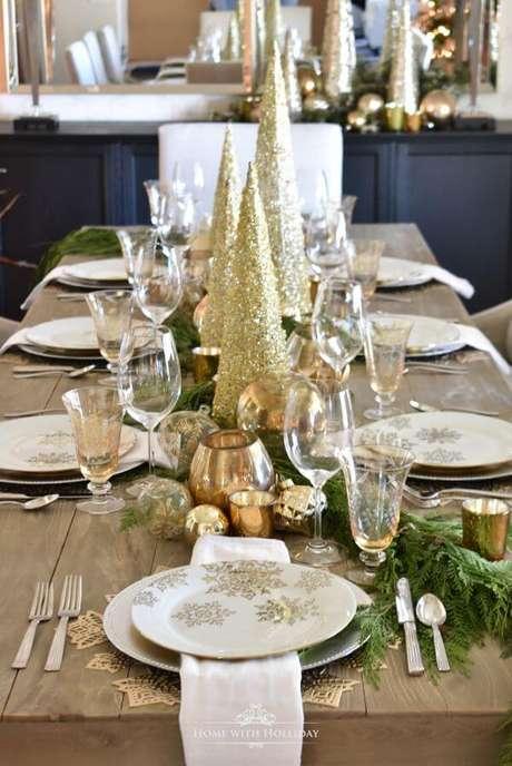 6. Mesa de natal com detalhes em dourado – Por: Home With Holliday