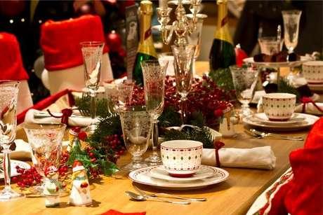 27. Use um dos seus melhores aparelhos de jantar para decorar a mesa de natal – Por: Amatori