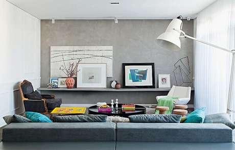 61. Decore a sala de estar com parede de cimento queimado. Fonte: ConstruindoDecor
