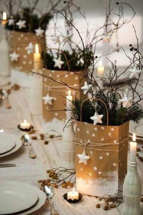 70. Os detalhes podem fazer toda a diferença na sua decoração de mesa natalina – Foto: Revista VD