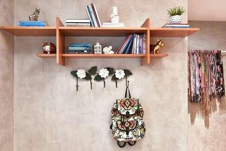 30. Enfeite a parede de cimento queimado com ganchos de flores. Projeto por Tetriz Arquitetura e Interiores