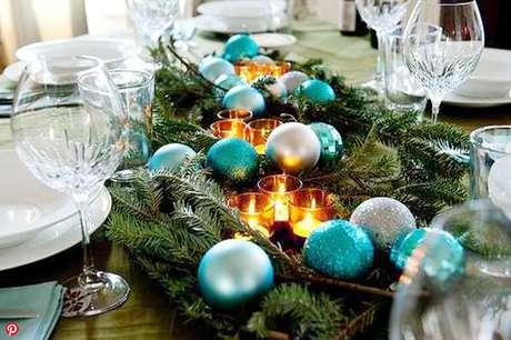 29. Enfeites de natal para mesa com decoração azul e velas – Por: Casa Abril