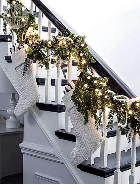 74. Decoração clean com enfeites para decoração natalina de escada – Foto: The Grad