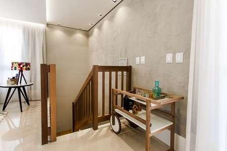 31. Escada elegante com parede de cimento queimado. Projeto por Nathalia Bilibio Schwinn
