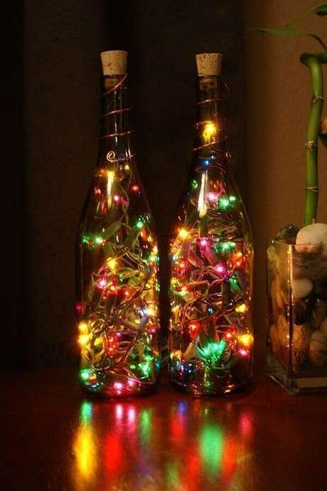 75. Garrafas decoradas natalinas simples com pisca pisca colorido – Foto: About House Design