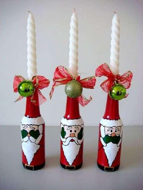 76. As garrafas decoradas natalinas podem ser usadas como castiçais – Foto: Pinterest