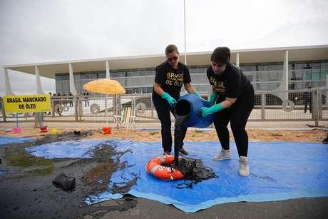 Membros do Greenpeace protestam contra óleo nas praias do Nordeste em frente ao Palácio do Planalto nesta quarta-feira, 23.