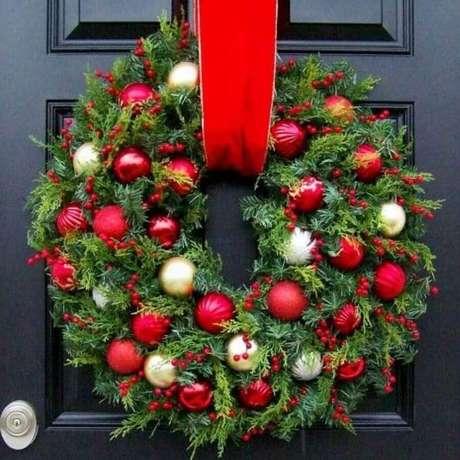 81. Linda guirlanda para decoração natalina de porta – Foto: Pinterest