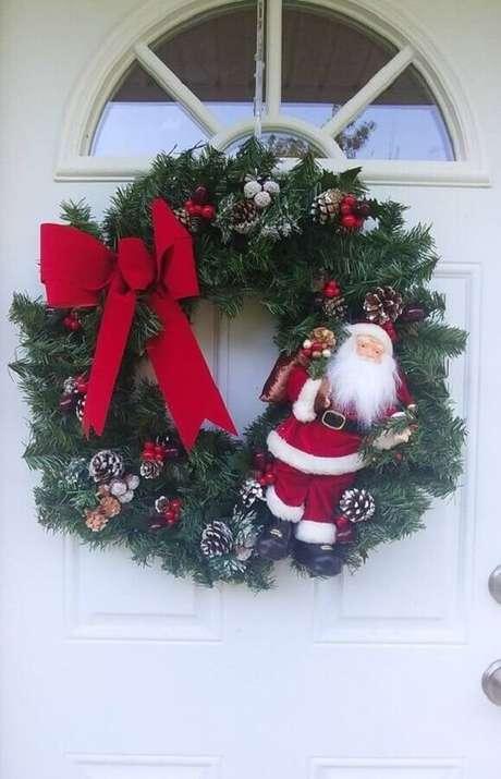 83. Guirlanda com Papai Noel para decoração natalina para casas – Foto: Wood Save