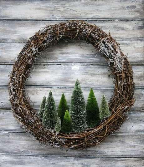 84. Modelo de guirlanda rústica com mini pinheiros para decoração de Natal – Foto: Decoce