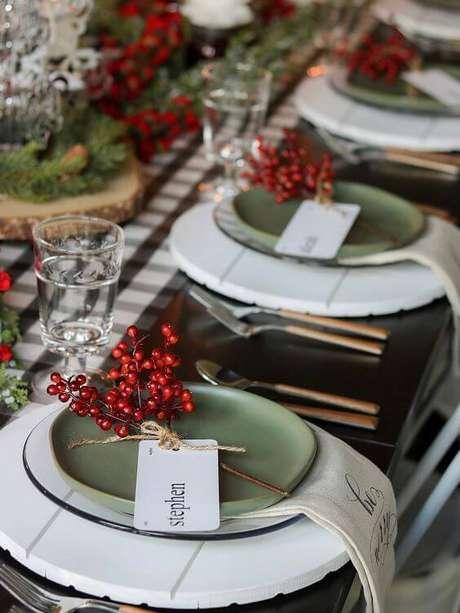 31. Ideias para decorar a mesa de natal com verde e vermelho – Por: Delirios Cotidianos