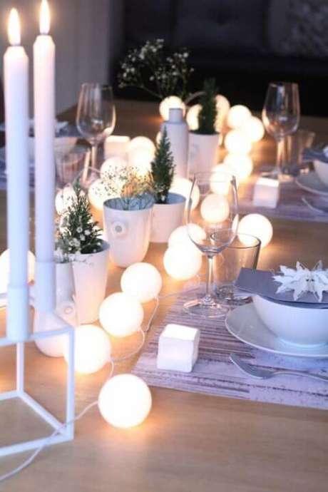 32. Luzes redondas como decoração de mesa de ceia de natal – Por: Home BNC