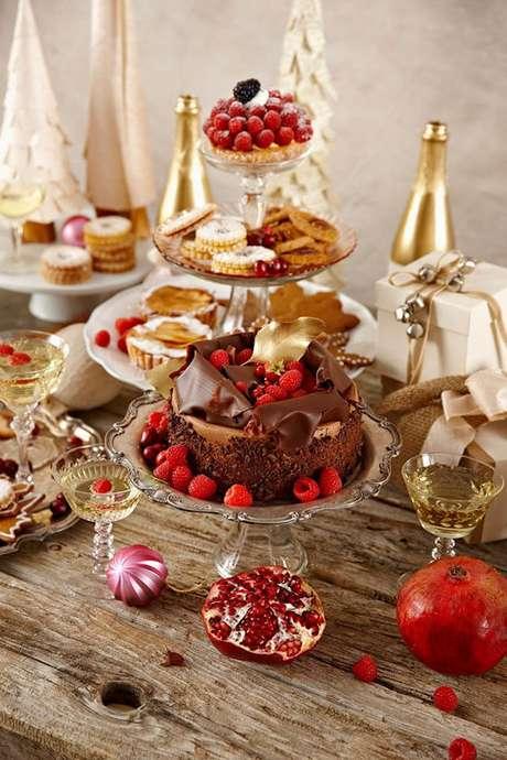 9. Doces e frutas na mesa de natal para ceia de natal – Por: Town Country Phillippinis