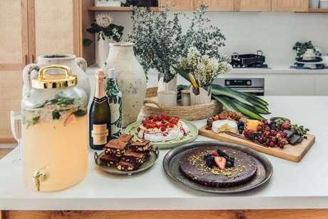 39. Mesa de frutas para natal com drinks – Por: Kyal and Kara