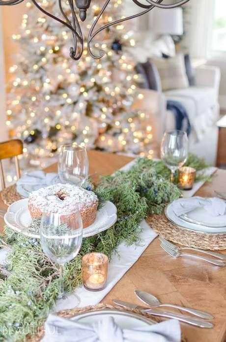 43. Mesa de natal com bolo decorando o centro de mesa natal – Por:A burst of beautiful