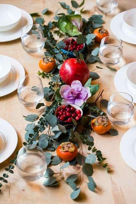 45. Mesa de natal decorada com frutas e flores – Por: Country Living Magazine