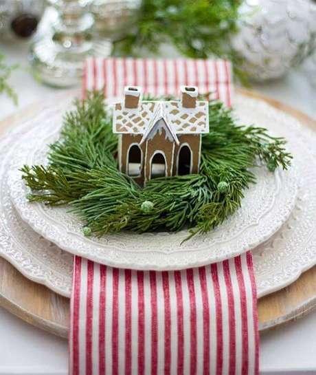 46. Mesa de natal com enfeites lindos no prato – Por: Casa da Valentina