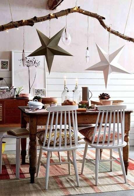47. Mesa de natal simples com estrelas no teto – Por: Pinterest