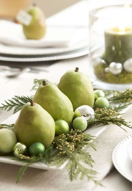 49. Mesa com frutas como pera, uva e enfeites de natal para mesa – Por: Pinterest