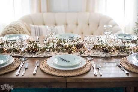 51. Mesa de natal com sofá branco combinando – Por: The DIY Mommy