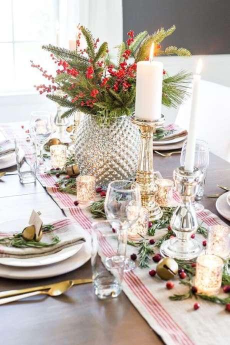 53. Mesa de natal com centro de mesa com velas e flores – Por: Thaco Arquitetura