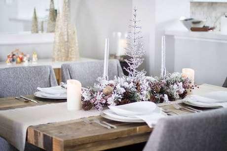 55. Decoração simples com mesa de natal – Por: By Lynny