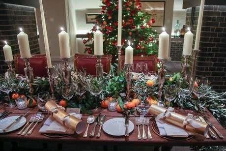56. Mesa de natal com velas e frutas no centro de mesa natal – Por: Amara