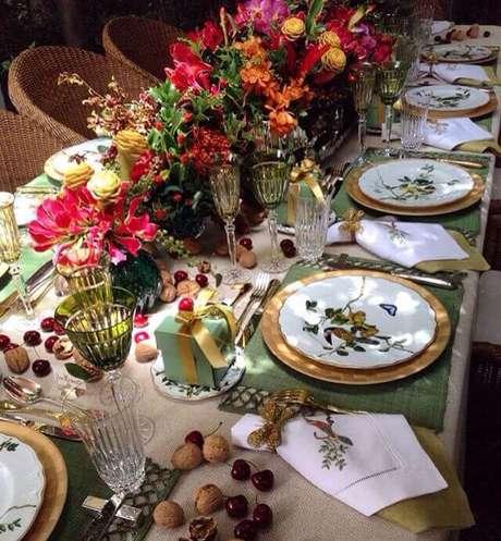 60. Mesa decorada com muitas flores e aparelho de jantar delicado – Por: Pinterest